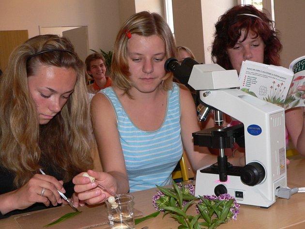 Studentky zkoumaly rostliny už v laboratoři