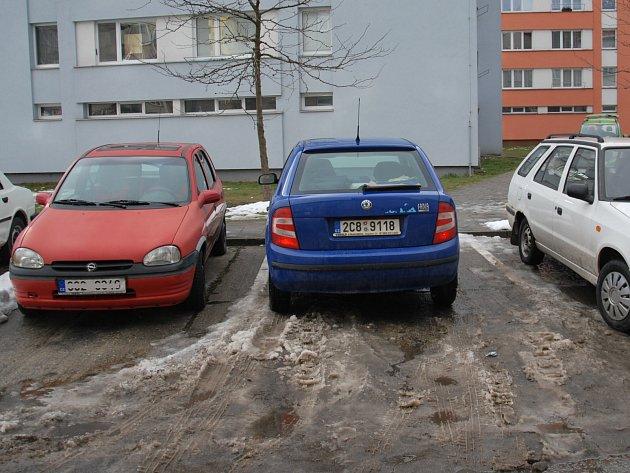 Parkování ve Strakonicích je mnohdy o štěstí.