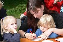 Do malování se pustili  na strakonickém Podskalí malí i velcí. Mezi dospělými nejčastěji maminky.