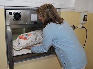 Nový baby box ve Strakonicích je oficiálně v provozu.