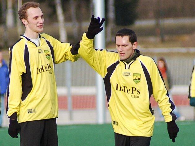 Fotbalisté Oseku (na snímku zleva jsou Martin Kroupa a Jan Koželuh) na Dudák Cupu zatím ve všech zápasech remizovali. V neděli od 10 hodin je čeká souboj s vedoucími Přešťovicemi, které ještě nezaváhaly.