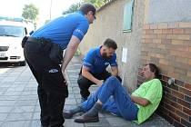 Městští strážníci při práci v ulicích Strakonic.