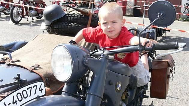Motocykloví veteráni lákaly kluky i jejich táty.