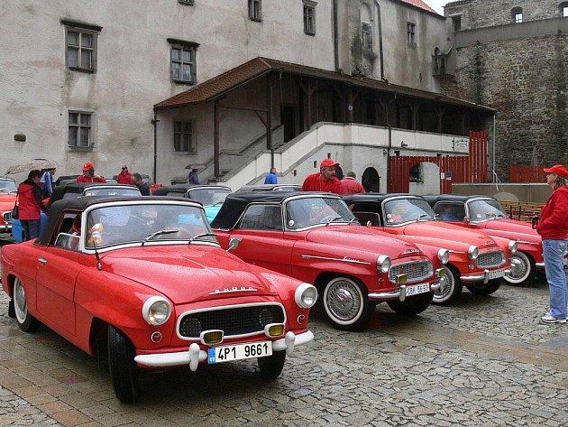 Vozy značky Škoda zaplnily v sobotu dopoledne nádvoří strakonického hradu.