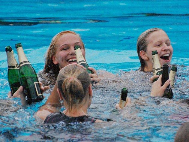 Strakonické pólistky slavily třetí titul v řadě přímo v bazénu.