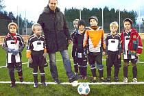 Karel Poborský s malými fotbalisty.