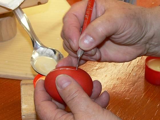 Zdobení kraslic metodou reliéfní vosk.