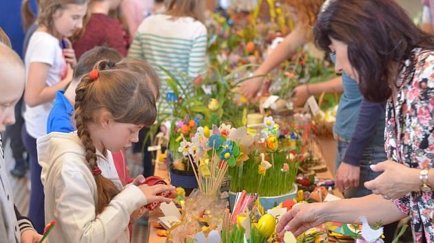 Žáci školy společně s vychovatelkami ze školní družiny vyráběli velikonoční dekorace.