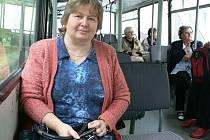 Ivana Marková (vpředu) ze Starého Dražejova jezdí městským autobusem pravidelně.
