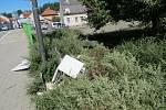 """Nehoda skončila poražením """"kapličky"""" elektrického rozvaděče, poškozením okrasných dřevin a pádem automobilu do řeky Volyňky. Zraněna byla lehce řidička i chodkyně."""