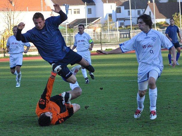 Blatná (v tmavém) poprvé vyhrála, doma porazila v derby Katovice 3:2.