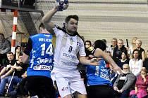 STRAKONICKÉHO Petra Masáka (uprostřed) se snaží zastavit nejlepší hráč hostů David Melichar (vlevo) a Nikola Sekulič.