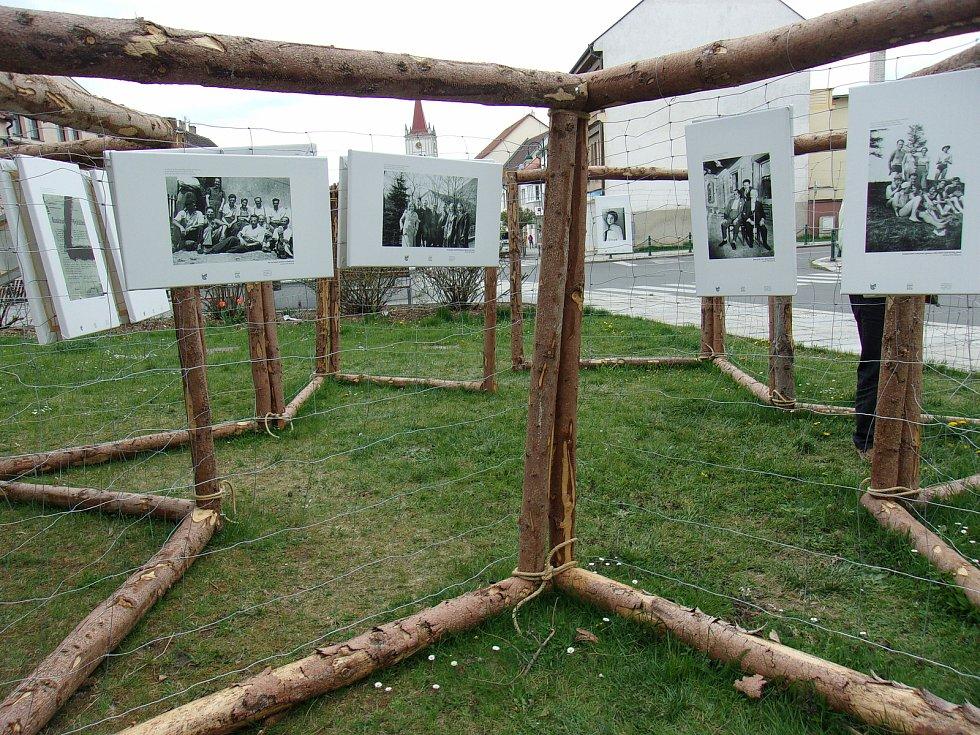 Na dolní části blatenského náměstí byla 8. dubna instalována výstava věnovaná památce židovských obětí z řad blatenských občanů.