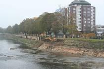 V současné době je určitě nejviditelnější navyšování hráze a budování nové nábřežní zdi na pravém břehu řeky Otavy mezi mosty Jana Palacha a v ulici Ellerova.
