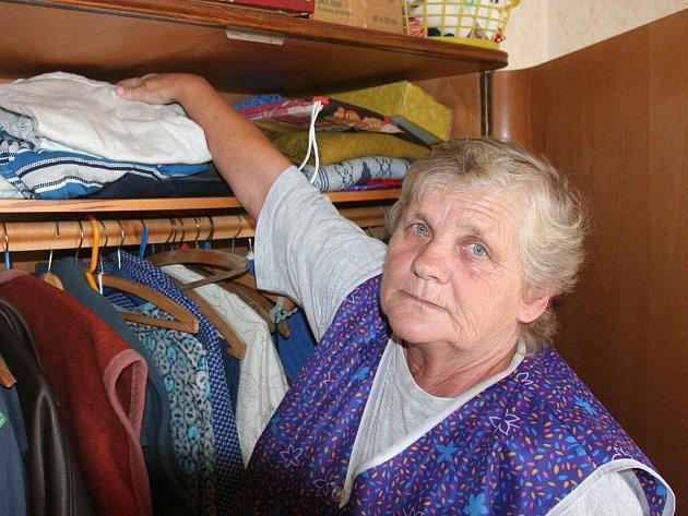 Jiřina Vondrášková ukazuje, kde měla schovaných 80000 korun. Skříň ale podvodníka nezastavila.
