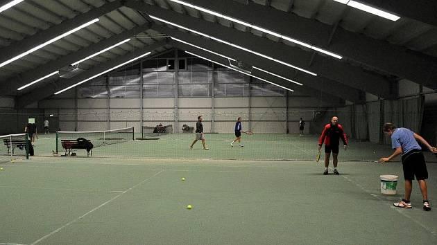 V nové tenisové hale je už živo