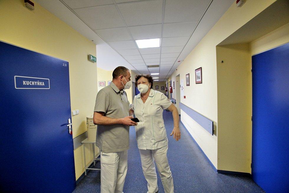 Kdybychom tu neměli koronavirus, Petr Chalupa by měl nyní hlavní pracovní sezónu. Je ředitelem lyžařské školy na Lipně.  Místo toho pomáhá jako zřízenec ve strakonické nemocnici.