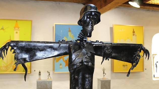 Umělecký kovář ze samoty Planiště nedaleko Telče David Habermann vystavuje svá díla v Městském muzeu ve Volyni.