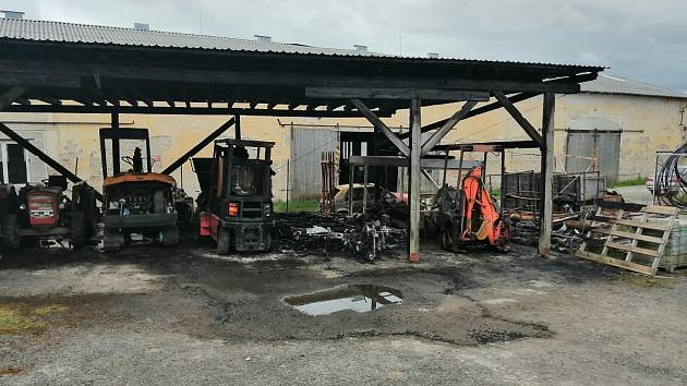 Shořel přístřešek, ve kterém byly zaparkované stroje a vozy – bagr, zemní technika a dvě osobní auta.