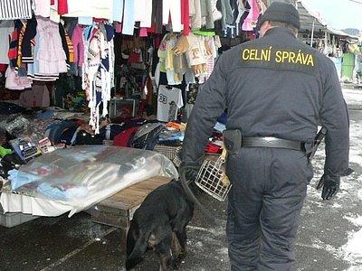 Ve Strážném se pravidelně střídá několik hlídek. Včera zde nechyběl ani služební pes, speciálně vycvičený na odhalení tabákových výrobků.