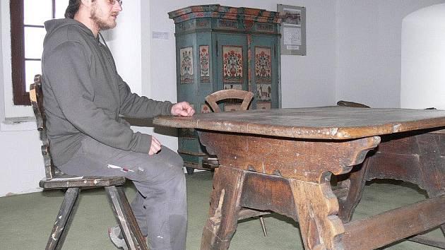 Výstava lidového nábytku ve volyňském muzeu.