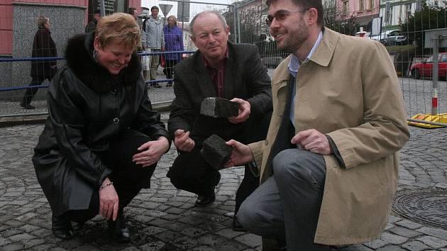 Starosta Pavel Vondrys, místostarosta Pavel Pavel a místostarostka Ivana Říhová (na snímku zprava) slavnostně zahájili rekonstrukci Velkého náměstí a přilehlých prostor.