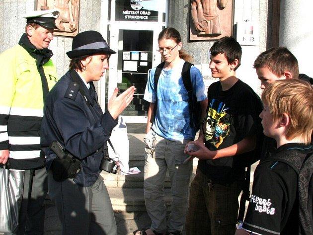 Policisté se v úterý 28. dubna věnovali chodcům.
