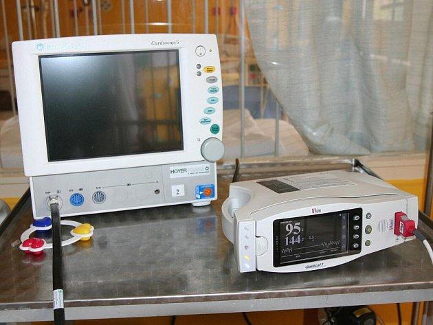 V nedávných dnech obdrželo oddělení od soukromé firmy dva přenosné oxymetry (zařízení vpravo). Jejich výhoda oproti původním (vlevo) je v lehkosti a také možnosti měřit saturaci (nasycenost krve kyslíkem) i u těch nejmenších pacientů.