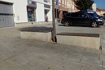 Kamenné kvádry na Velkém náměstí, které fungují jako lavičky.