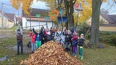 Čejetičtí snipeři pomáhali s úklidem listí.
