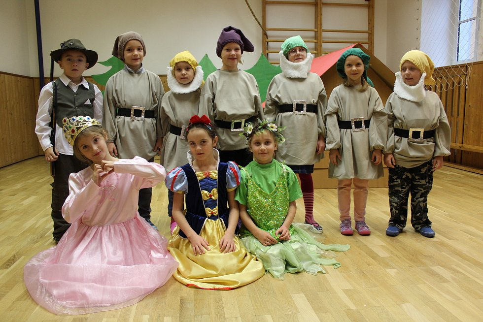 Prvňáci ze základní školy v Malenicích secvičují program na vánoční besídku, je to pohádka O Sněhurce.