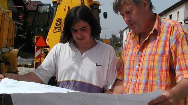 Nad stavebními plány jsme  koncem minulého týdne zastihli pracovníky stavební firmy Strabag.