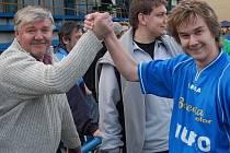 Pavel Koubek (vlevo) povede jako nový trenér strakonických mužů i svého syna Jana. Zápasová premiéra však bude muset být odložena, mladý záložník totiž bude chybět kvůli zranění.