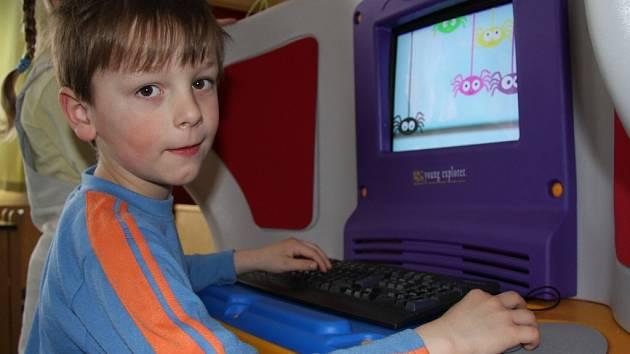 Děti z Mateřské školy Šumavská jsou z barevných počítačů unešeny.