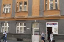 Před tímto domem v ulici Lidická ve Strakonicích ležel v neděli odpoledne pobodaný mladík.