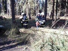 Projet se  v neděli ráno  nedalo ani  z Drahonic do Mladějovic. Do příjezdu hasičů hlídala kritické  místo policie.