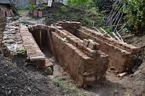 V prostoru za Volyňskou tvrzí probíhá výstavba repliky středověké cihlářské pece.