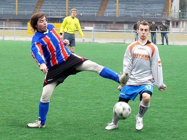 V souboji o konečné páté místo v Zimní lize starší dorostenci Strakonic (světlé dresy) porazili Štěkeň 3:1.