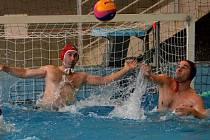 Dva zápasy odehráli extraligoví vodní pólisté Fezka v neděli 16. prosince se Slávií Praha. A dvakrát vyhráli.