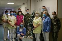 Vojáci předali vánoční dárky v domově pro seniory v Lidické ulici.