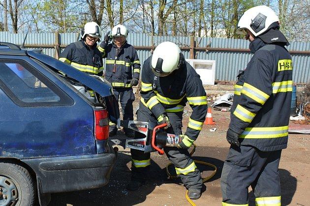 OBRAZEM: Jednotka Hasičského záchranného sboru ze stanice Vodňany trénovala v rámci pravidelného praktického výcviku vyprošťovací postupy z havarovaných aut na vracích ve sběrném dvoře ve Vodňanech.