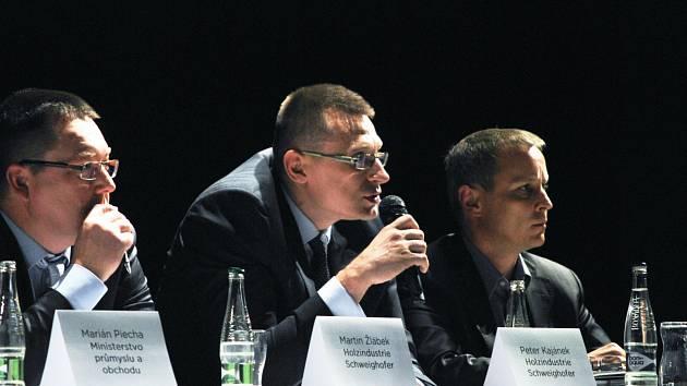 Peter Kajánek (uprostřed) při jednání o pile
