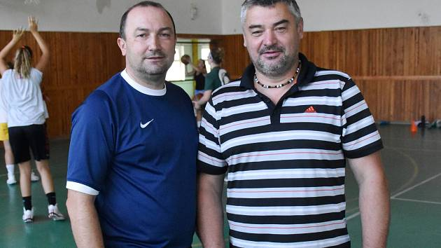Trenéři Petr Martínek a Jiří Johanes (vpravo) u týmu U19 Chance zůstali.