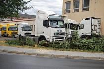 Padající strom zasáhl kabinu kamionu