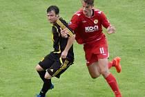 Vodňany po turnaji v Olešníku odehrály přípravný zápas proti Písku B, kterému podlehly 2:4. Na snímku jsou v souboji vodňanský Jaroslav Volmut (v tmavém) s Pavlem Keclíkem.