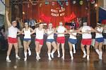 Na plese se nejen tančilo, ale někteří jedinci předvedli i sportovní výkony.