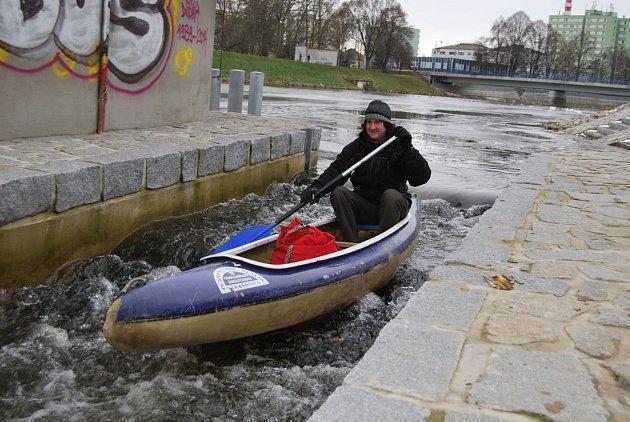 OBRAZEM: Vodáci splují řeku v sobotu 6. ledna 2018.