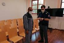 Obžalovaného M.C. přivedla k soudu eskorta.