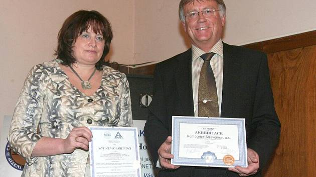 Certifikáty převzali primářka laboratoří Eva Šimečková a šéf nemocnice Tomáš Fiala.