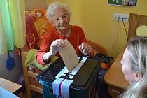 Nejstarší volička z Domova seniorů ve Vodňanech Marie Honnerová letos oslavila 103 let.